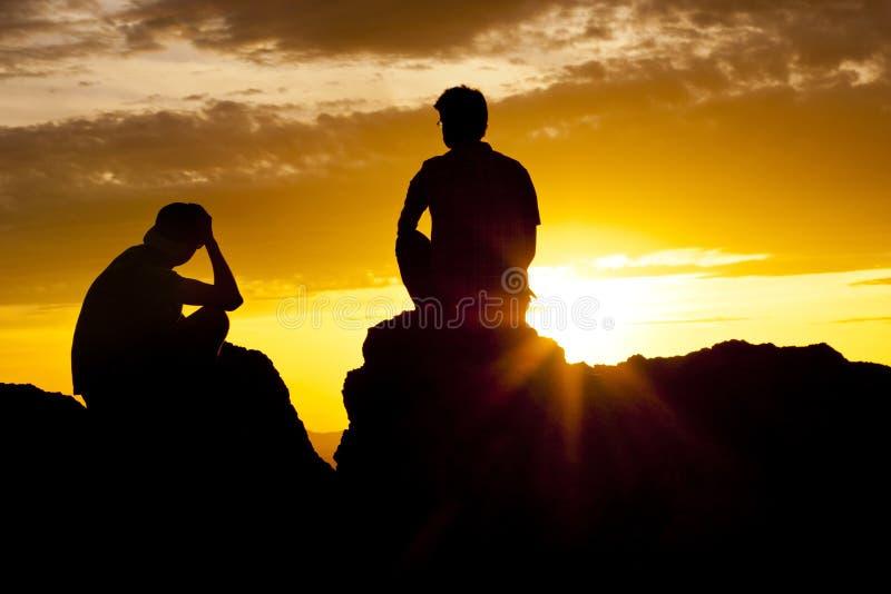 Coucher du soleil de observation de couples au-dessus du désert images libres de droits