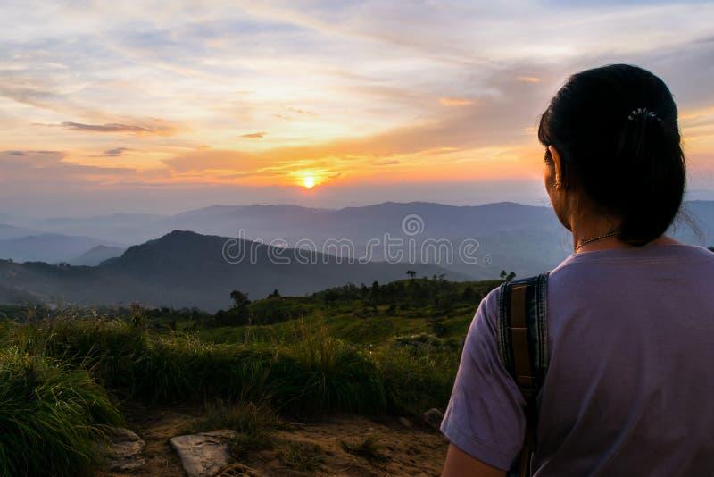 Coucher du soleil de observation de femme photos stock