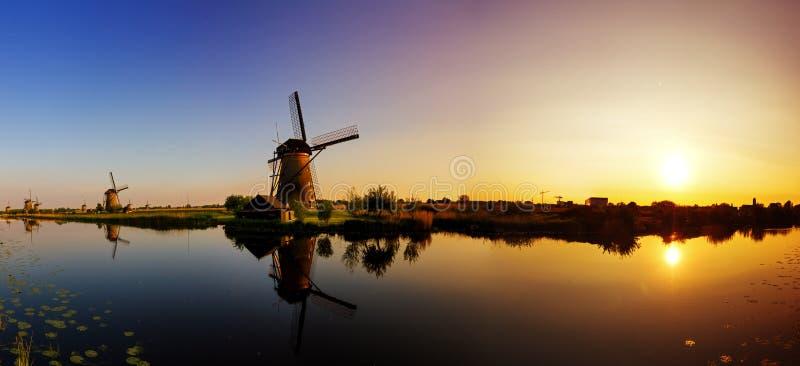 Coucher du soleil de panorama de Kinderdijk photographie stock