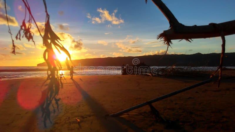 Coucher du soleil de papiers peints sur la plage image libre de droits