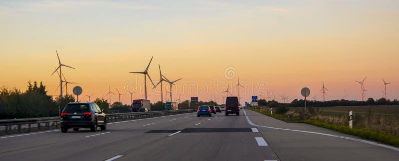 Coucher du soleil de paysage avec des moulins à vent Source de renouvellement d'électricité image libre de droits