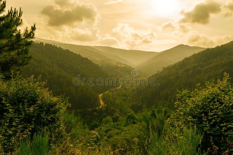 Coucher du soleil de paysage de montagne photo stock