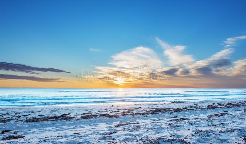 Coucher du soleil de paysage marin au-dessus de la mer images libres de droits