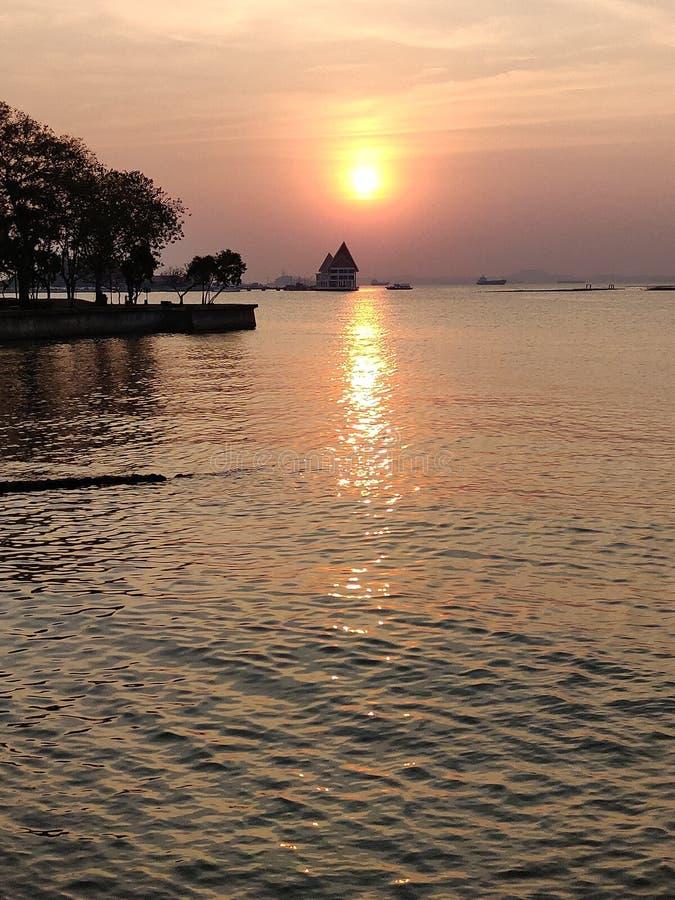 Coucher du soleil de paysage marin chez Koh Loy, Sri Racha, Chonburi, Thaïlande photographie stock