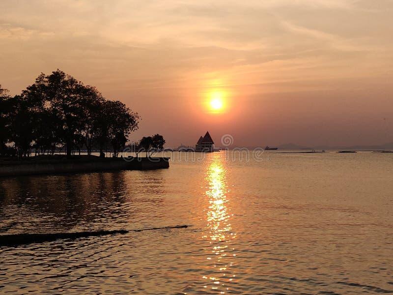 Coucher du soleil de paysage marin chez Koh Loy, Sri Racha, Chonburi, Thaïlande photos stock