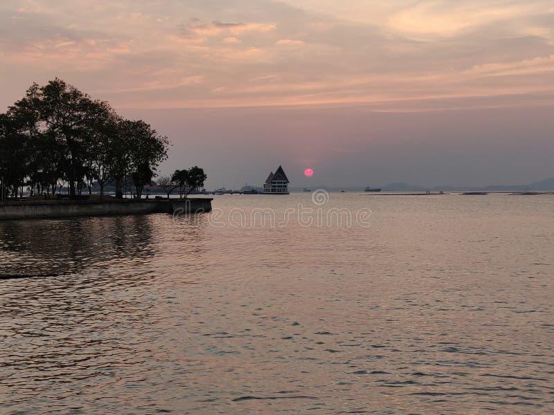 Coucher du soleil de paysage marin chez Koh Loy, Sri Racha, Chonburi, Thaïlande image stock