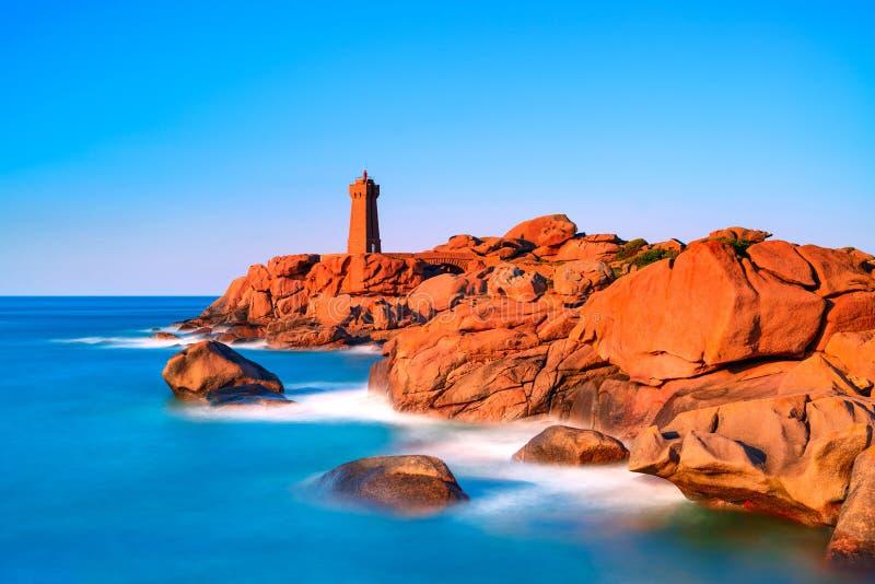 Coucher du soleil de phare de Ploumanach dans la côte rose de granit, la Bretagne, franc photographie stock