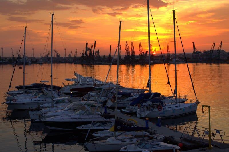 Coucher du soleil de pilier de yacht images stock