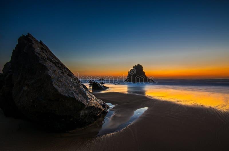 Coucher du soleil de plage d'Adraga image stock