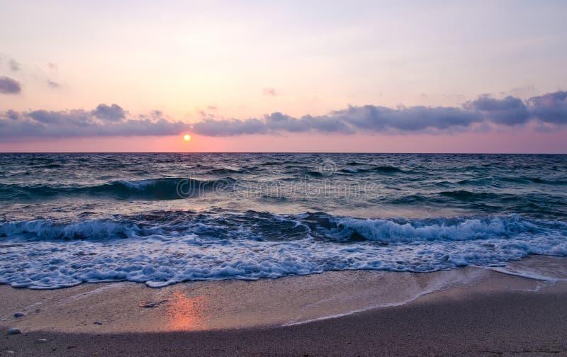 Coucher du soleil de plage d'Agios Ioannis photos libres de droits