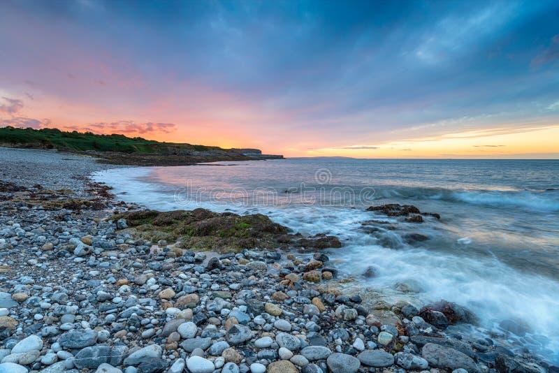 Coucher du soleil de plage d'Anglesey image libre de droits