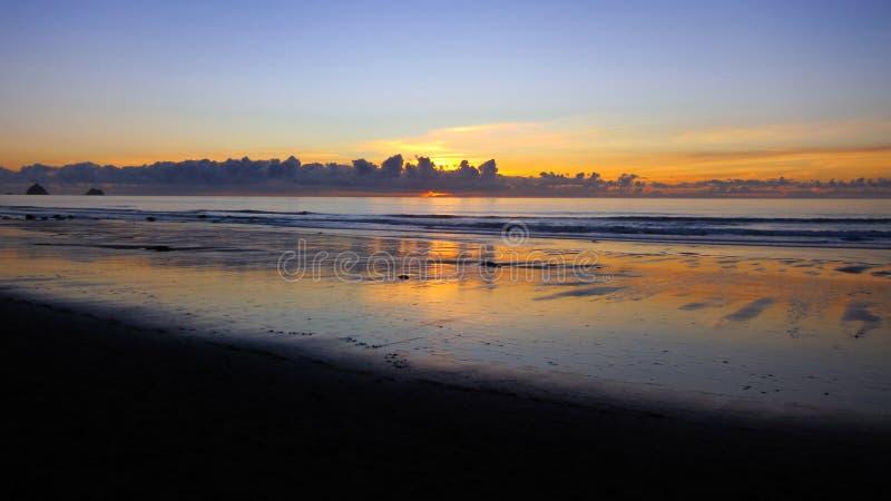 Coucher du soleil de plage de Fitzroy, Taranaki photographie stock libre de droits