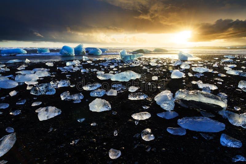 Coucher du soleil de plage de Jokulsarlon photographie stock