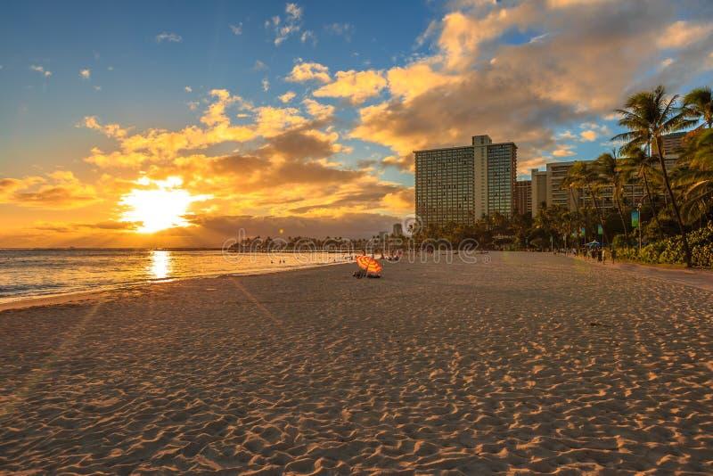 Coucher du soleil de plage de Waikiki images stock