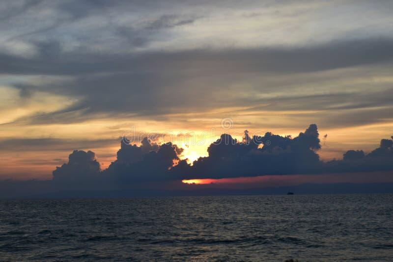 Coucher du soleil de plage et beau cloudscap photo libre de droits