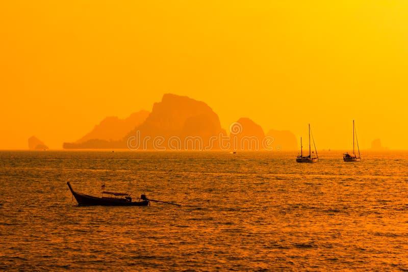 Coucher du soleil de plage Krabi, Thaïlande d'ao Nang photographie stock libre de droits