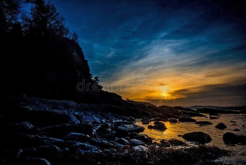 Coucher du soleil de plage rocheuse images stock