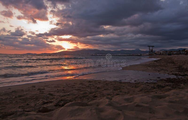 Coucher du soleil de plage sablonneuse en Majorque photos stock