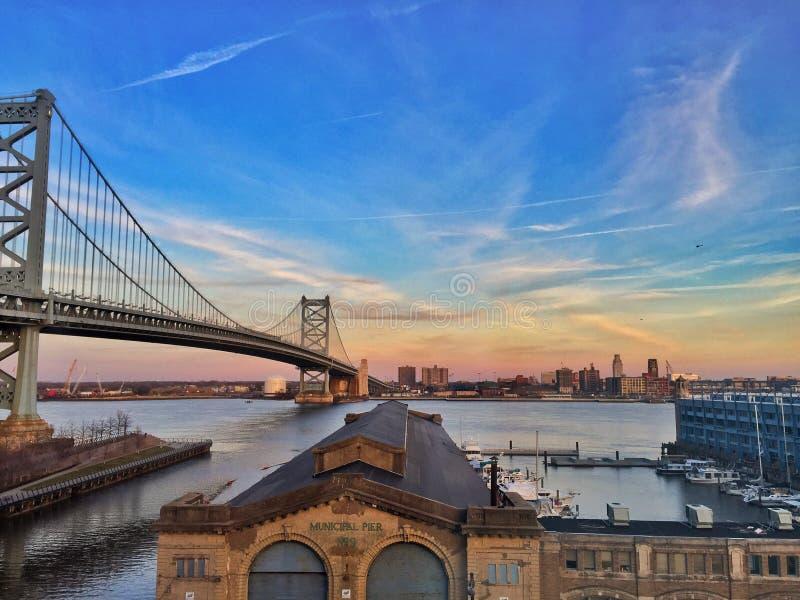 Coucher du soleil de pont de Philadelphie photographie stock libre de droits