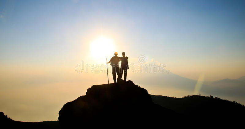 Coucher du soleil de randonneurs image libre de droits