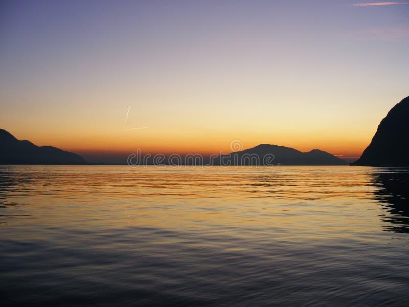 Coucher du soleil de ressort au-dessus du lac d'Iseo, Italie photographie stock libre de droits