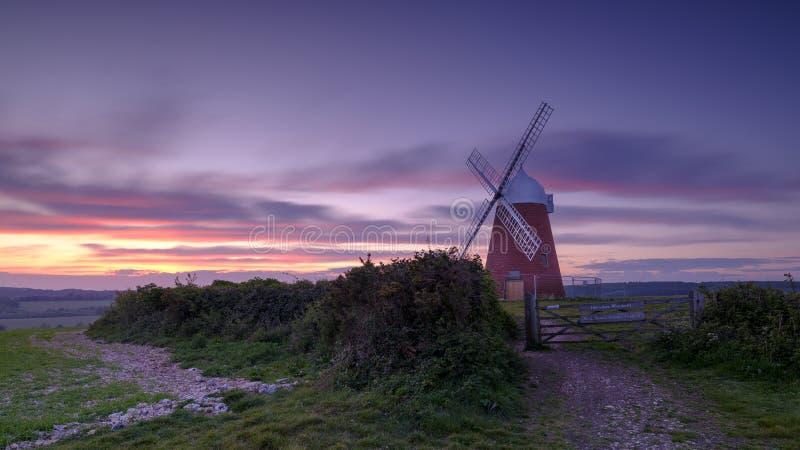 Coucher du soleil de ressort de moulin à vent de Halnaker images libres de droits