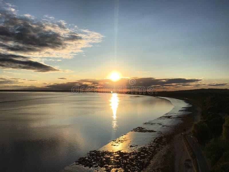 Coucher du soleil de rivière photographie stock libre de droits