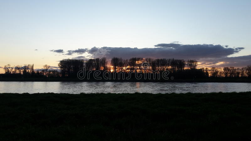 Coucher du soleil de rivière de Rhein image libre de droits