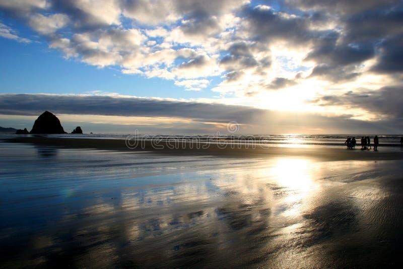 coucher du soleil de roche de meule de foin image libre de droits