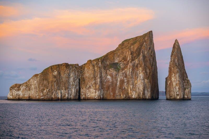 Coucher du soleil de roche de joueur, îles de Galapagos, Equateur images stock
