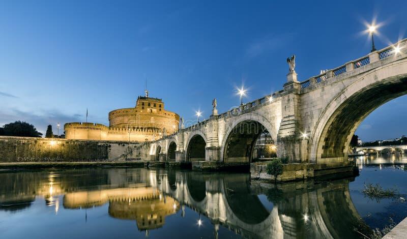Coucher du soleil de Rome, pont de rivière de Tevere sous le château de Santangelo photos stock