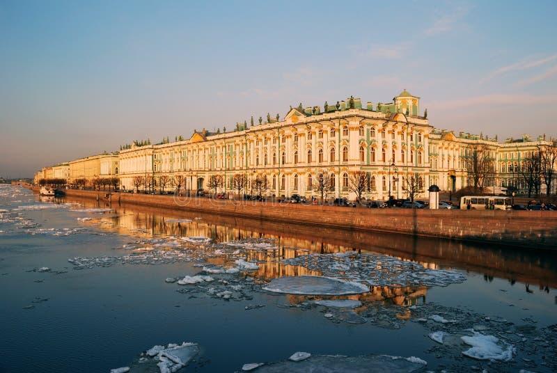Coucher Du Soleil De Saint De Pétersbourg De Palais De Remblai Photo stock