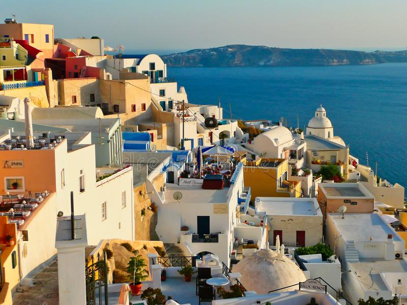 Coucher du soleil de Santorini sur des bâtiments sur la jante de caldeira, Grèce photos stock