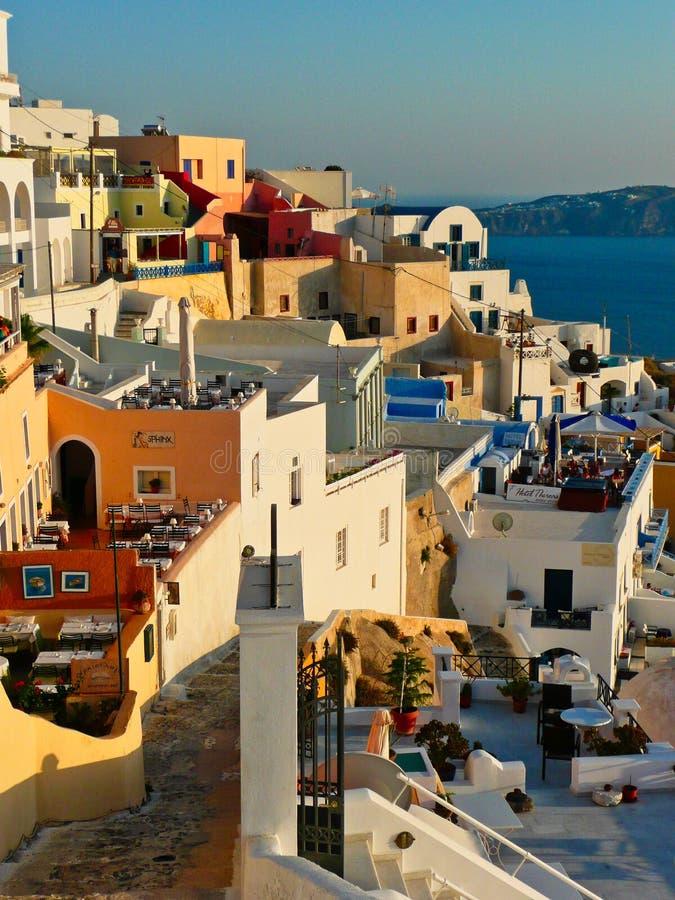 Coucher du soleil de Santorini sur des bâtiments sur la jante de caldeira, Grèce image stock