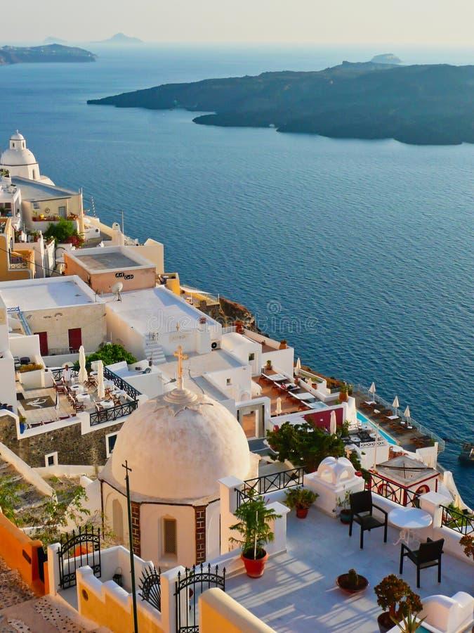Coucher du soleil de Santorini sur des bâtiments sur la jante de caldeira, Grèce photos libres de droits