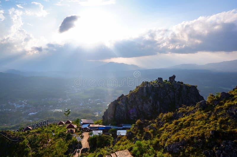 Coucher du soleil de statue du Christ sur une colline dans Makale, Tana Toraja image libre de droits