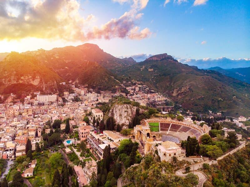 Coucher du soleil de Taormina de ville de l'Europe de paysage Vue supérieure aérienne Sicile Italie photos libres de droits