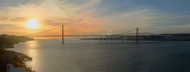 Coucher du soleil de tejo de Lisbonne en rivière images libres de droits