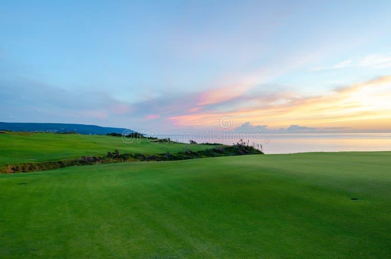 Coucher du soleil de terrain de golf donnant sur la mer image libre de droits