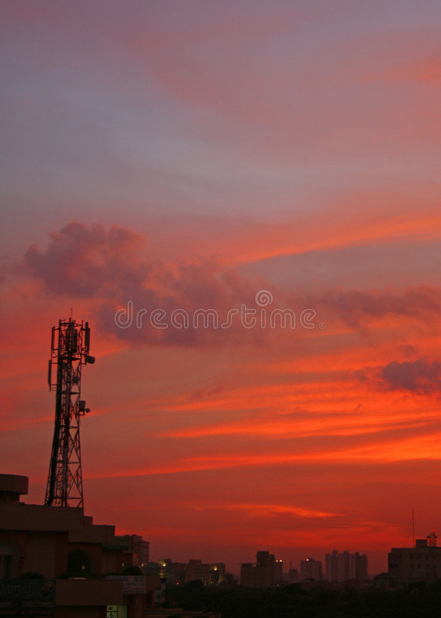 Coucher du soleil de tour de cellules dans le gurgaon près de la Nouvelle Delhi Inde images libres de droits
