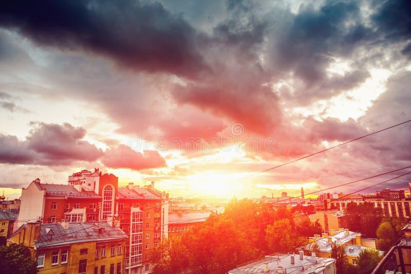 Coucher du soleil de ville, vieille ville de St Petersburg, vue de toit, de beau paysage de ville ou de paysage urbain images stock