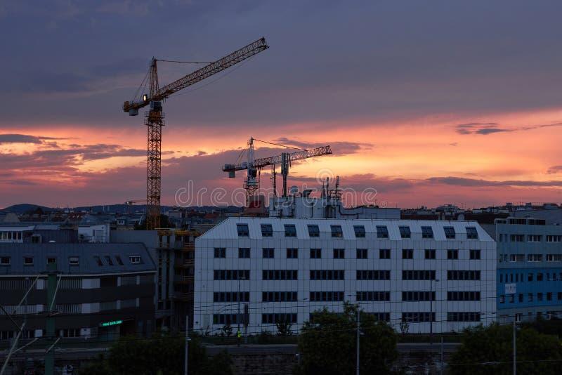 Coucher du soleil de ville de Vienne Grues et b?timents photographie stock libre de droits