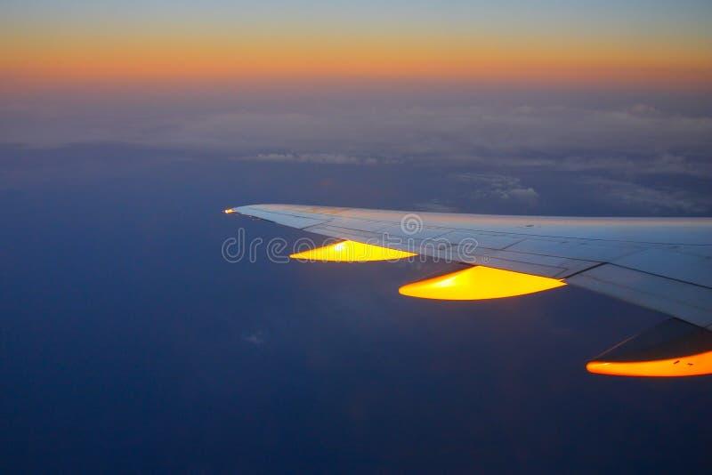 Coucher du soleil de vol et nuages d'or image stock