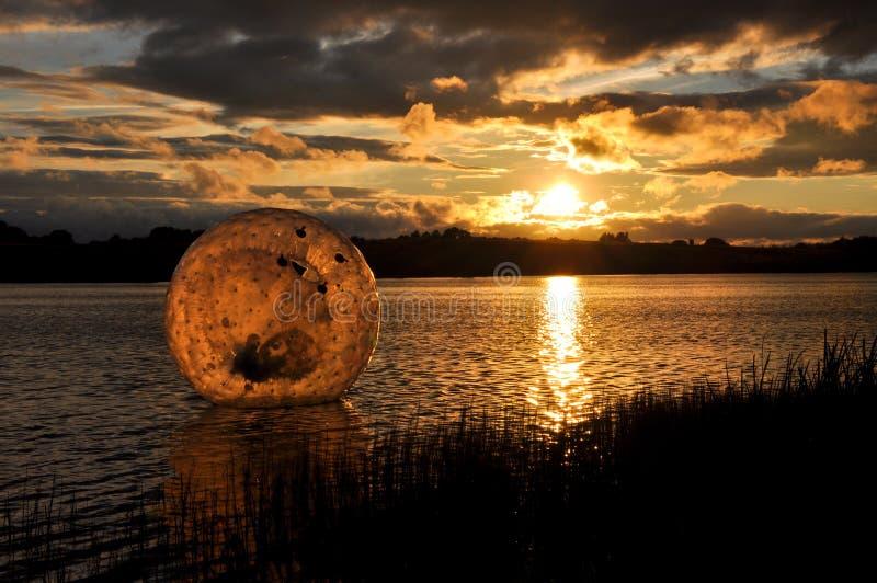 Coucher du soleil de Zorbing photos stock