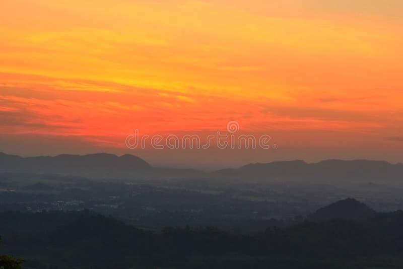 Coucher du soleil derrière des montagnes photographie stock