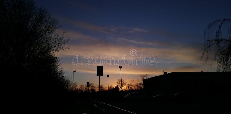 Coucher du soleil derrière l'école photo stock