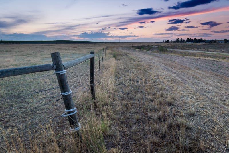 Coucher du soleil derrière la clôture en plaines orientales le Colorado image stock