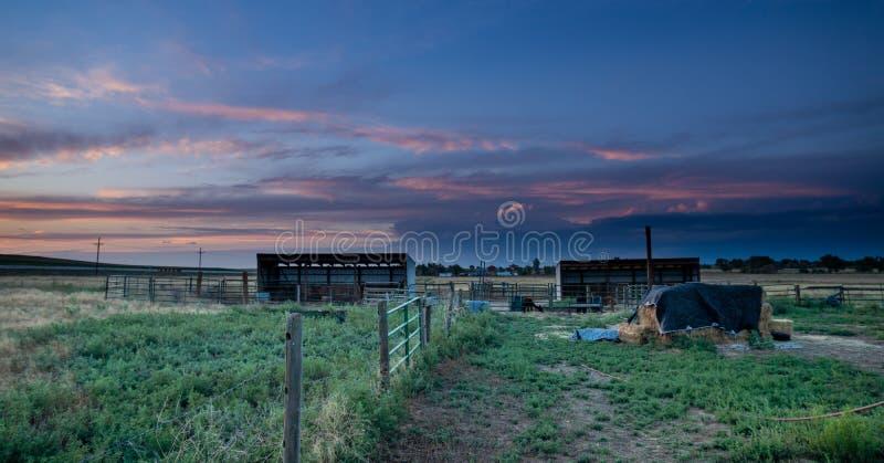 Coucher du soleil derrière la clôture en plaines orientales le Colorado images stock