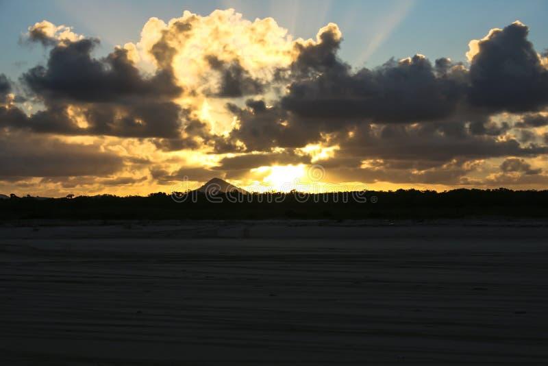 Coucher du soleil derrière la montagne photo libre de droits