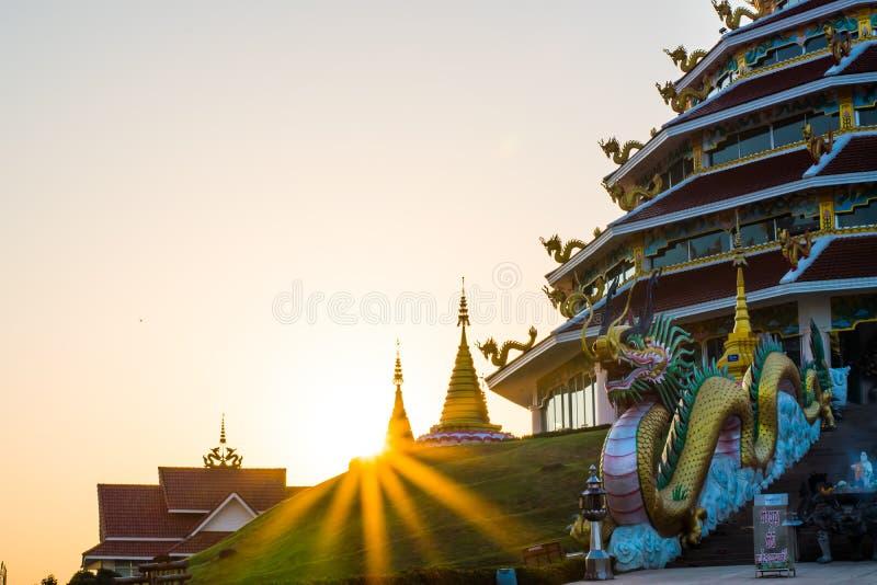 Coucher du soleil derrière la pagoda photo libre de droits